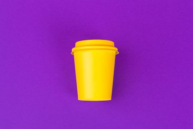 Mitnehmertasse kaffee auf hellem gefärbt