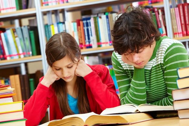 Mitschüler hart in der bibliothek studieren