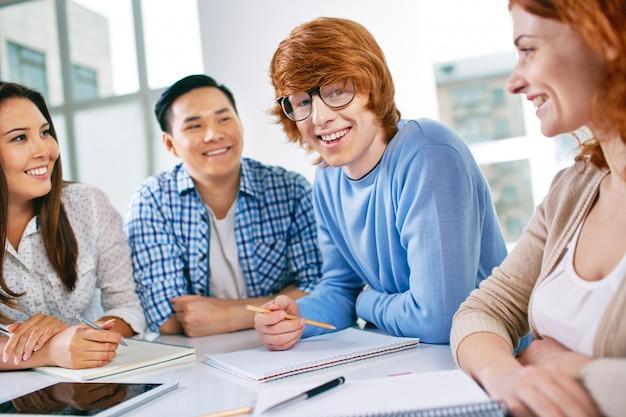 Mitschüler lachen und arbeiten