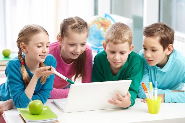 Mitschülern zusammenarbeiten