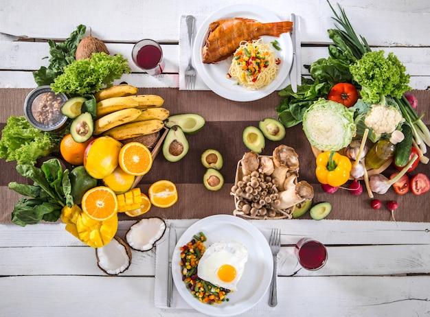 Mittagessen am tisch mit gesunden bio-lebensmitteln. draufsicht