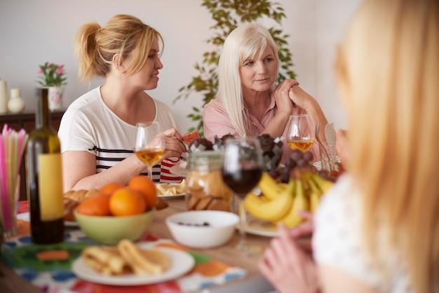 Mittagessen essen und zeit mit freunden verbringen