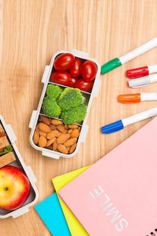 Mittagessen in der schule mit sandwich, frischem obst, crackern und saft. das tonen. selektiver fokus