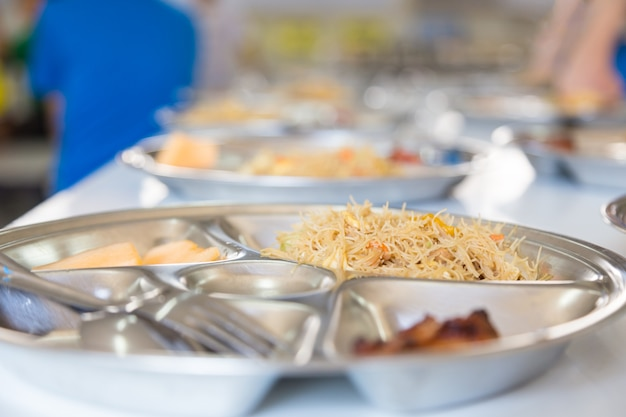 Mittagessen in der schule, nudel und hühnchen mittagessen für grundschüler