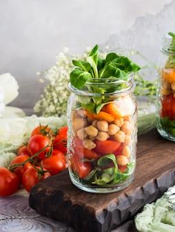 Mittagessen mit frischem salat in einmachgläsern