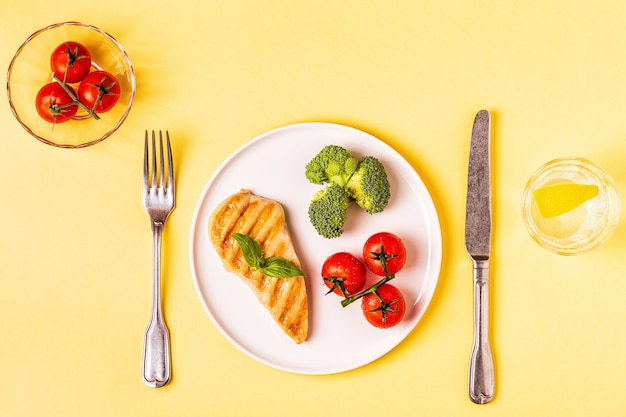 Mittagessen mit hühnchen, brokkoli und tomaten