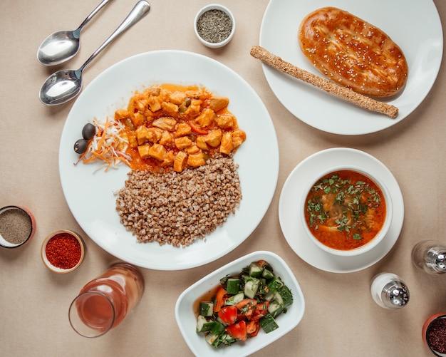 Mittagessen set choban salat borschtsch buchweizen mit hühnchen draufsicht