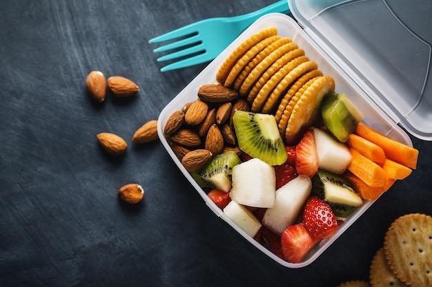 Mittagessen zu den früchten in der schachtel