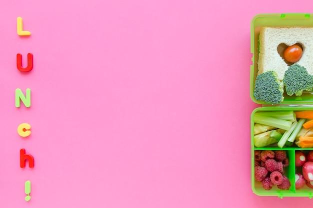 Mittagessenschreiben nahe gesundem schullebensmittel