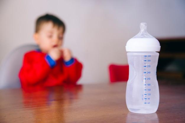 Mittagspause für einen nicht wiedererkennbaren jungen, um seine milch zu trinken
