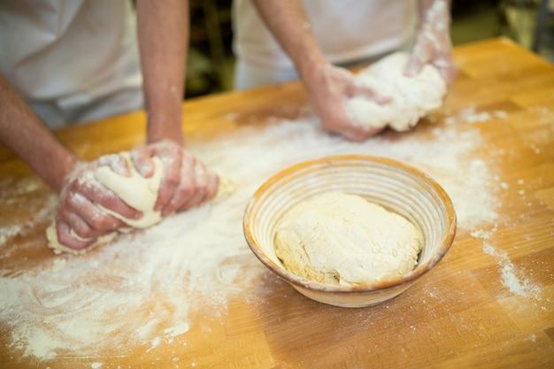 Mitte abschnitt oder zwei bäcker teig kneten
