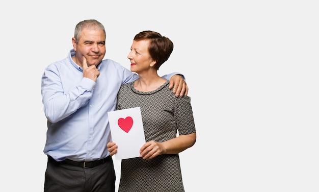 Mitte gealterte paare, die valentinsgrußtag feiern