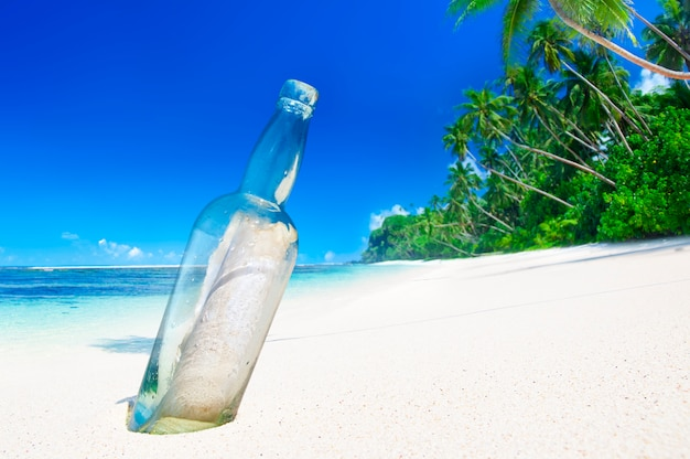 Mitteilung in einer flasche an einem tropischen strand auf samoa