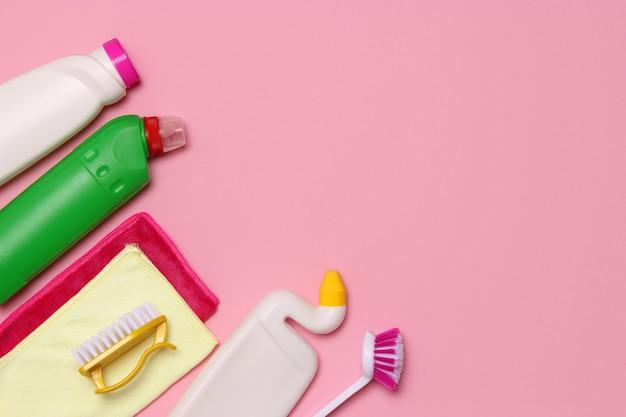 Mittel zur reinigung und desinfektion nahaufnahme auf farbigem hintergrund. foto in hoher qualität Premium Fotos