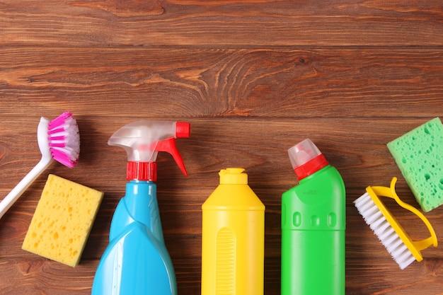 Mittel zur reinigung und desinfektion nahaufnahme auf farbigem hintergrund