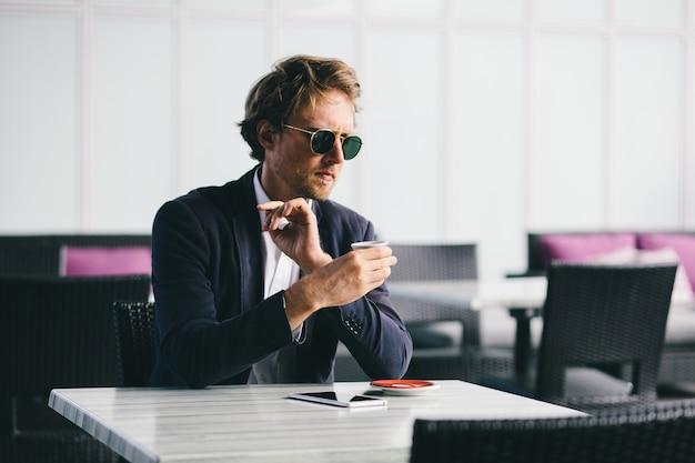 Mittelalter manager geschäftsmann sitzt in einem cafe mit einer tasse kaffee