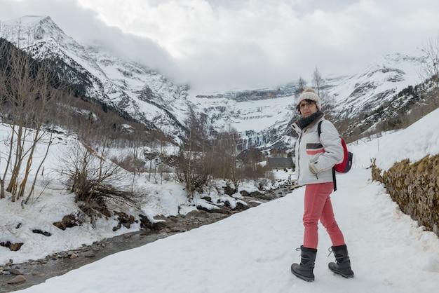 Mittelalterfrau, die in den schnee geht
