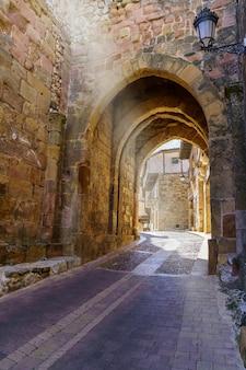 Mittelalterliche altstadt mit steinhäusern, alten türen und fenstern, gepflasterten straßen und malerischer atmosphäre. atienza, guadalajara, spanien. europa.