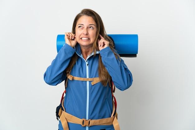 Mittelalterliche bergsteigerfrau mit einem großen rucksack isoliert