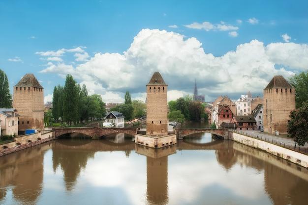 Mittelalterliche brücke ponts couverts und kathedralenburg straßburgs