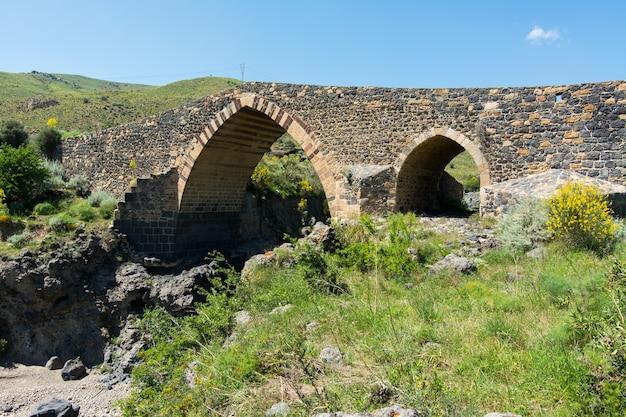 Mittelalterliche brücke von adrano, sizilien