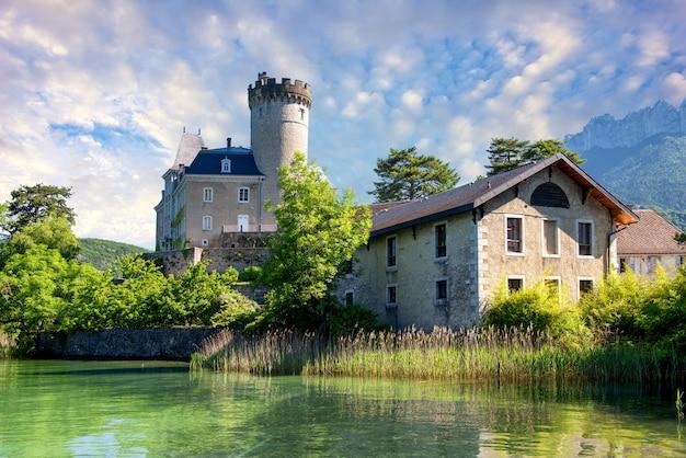 Mittelalterliche burg auf annecy see in alpes bergen, frankreich
