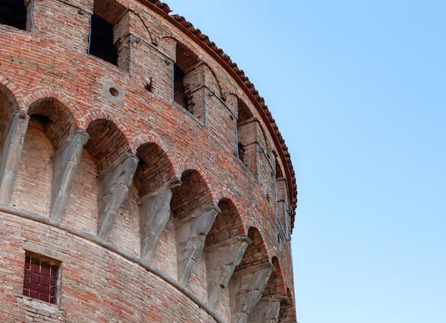 Mittelalterliche festung in dozza imolese, nahe bologna, italien.