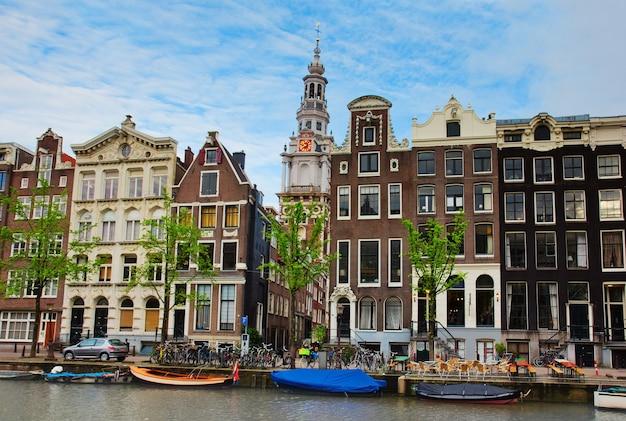 Mittelalterliche häuser am kanal in amsterdam, niederlande