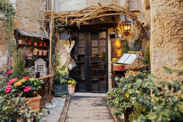 Mittelalterliche hausfassade in italien.