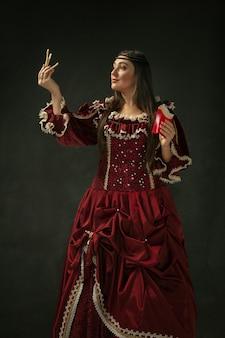 Mittelalterliche junge frau im altmodischen kostüm