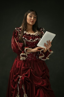 Mittelalterliche junge frau in altmodischem kostüm