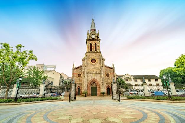 Mittelalterliche kirche in der abenddämmerung