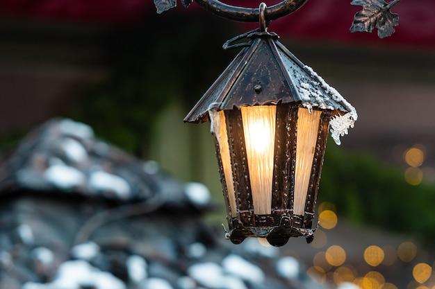 Mittelalterliche laternen mit fichtenzweigen am weihnachtsmarkt. riga, lettland
