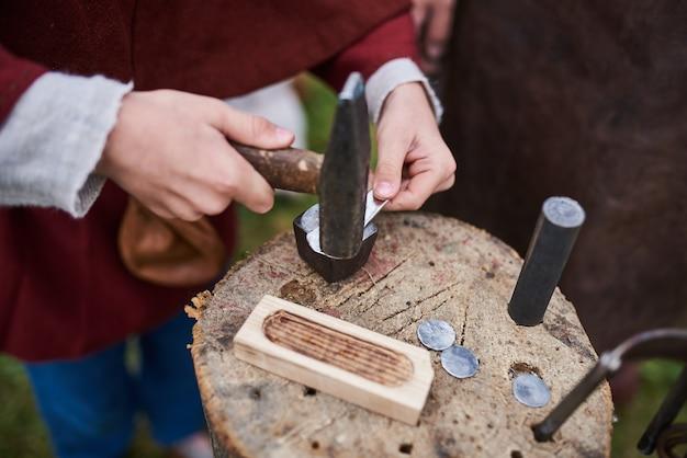 Mittelalterliche metallverarbeitung zur münzherstellung