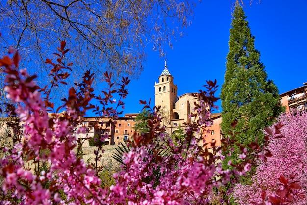 Mittelalterliche stadt albarracin im frühjahr teruel spanien