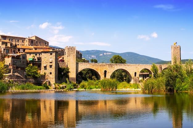 Mittelalterliche stadt am ufer des flusses. besalu