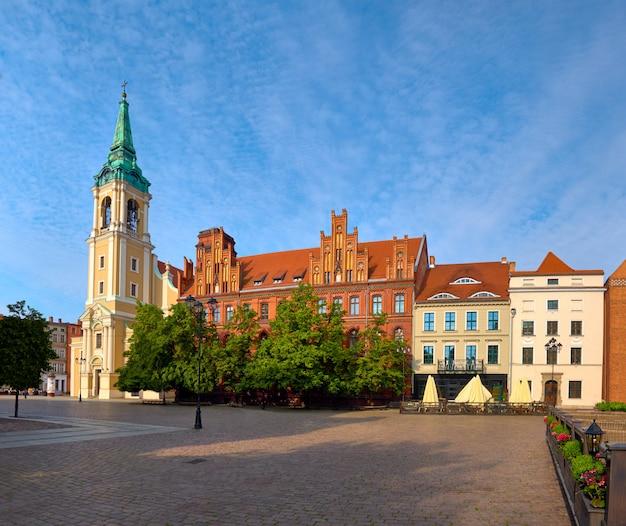 Mittelalterliche stadt torun in posen, panoramabild des alten marktplatzes mit heilig-geist-kirche