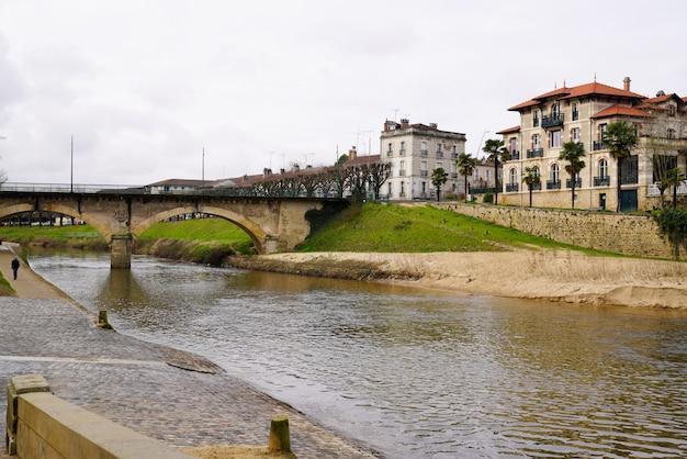 Mittelalterlicher brückenfluss des mont-de-marsan und alte stadtmauern in lande frankreich
