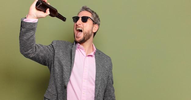 Mittelalterlicher geschäftsmann, der ein bier hat