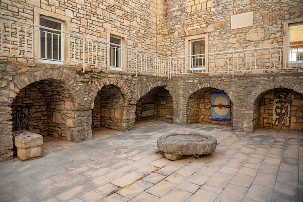 Mittelalterlicher innenhof in der altstadt von vela luka auf der insel korcula, kroatien