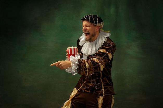 Mittelalterlicher junger mann im altmodischen kostüm