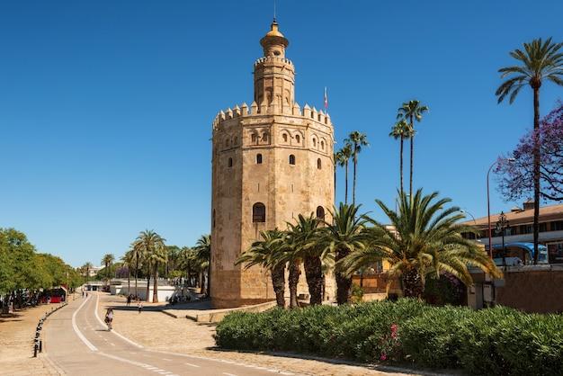 Mittelalterlicher markstein torre del oro gold tower vom frühen 13. jahrhundert in sevilla, region spaniens, andalusien.