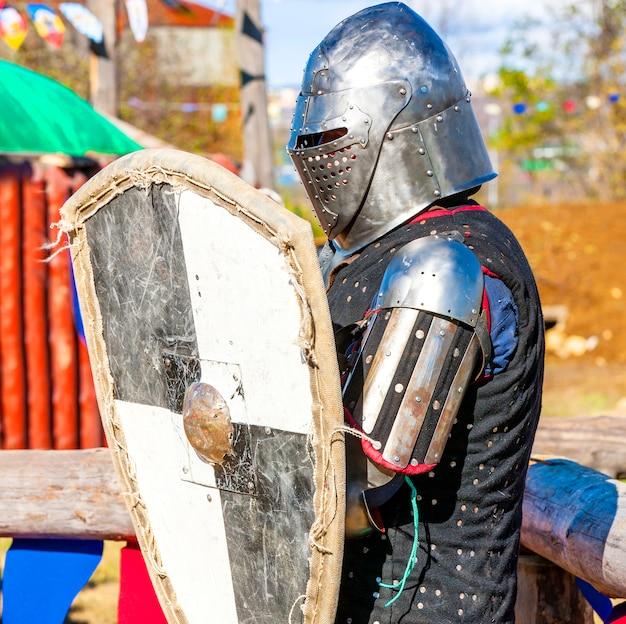 Mittelalterlicher ritter auf dem schlachtfeld.