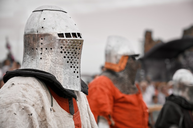 Mittelalterlicher ritter in rüstung