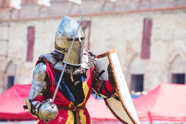 Mittelalterlicher ritter mit schwert in der hand während des duells