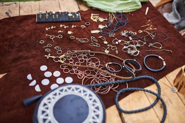 Mittelalterlicher schmuck aus verschiedenen materialien