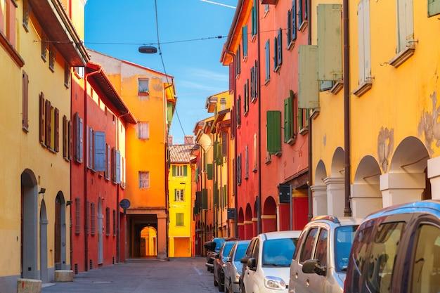 Mittelalterlicher straßenportikus in bologna, italien