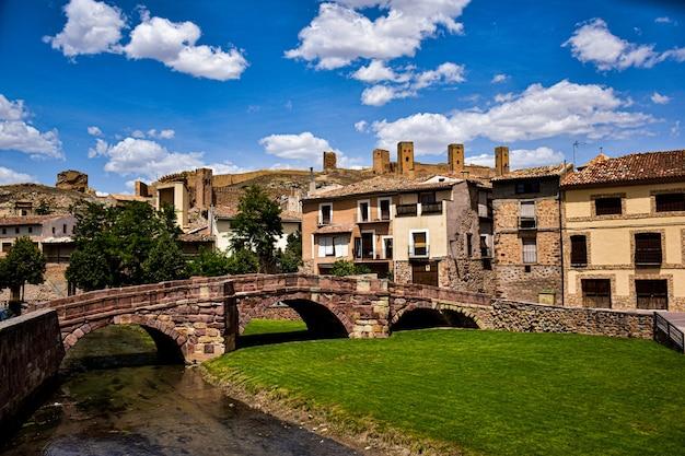 Mittelalterliches dorf molina de aragon in spanien mit einer römischen brücke und einer festung