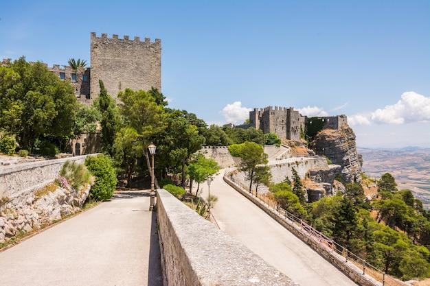 Mittelalterliches gebäude von castello di venere