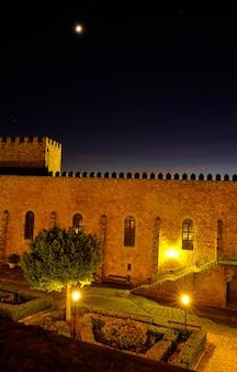 Mittelalterliches schloss von siguenza in der nacht.